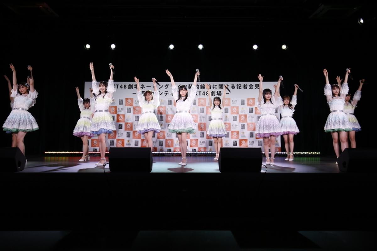 16名のメンバーがステージいっぱいに歌とダンスで「青春の出口」を披露