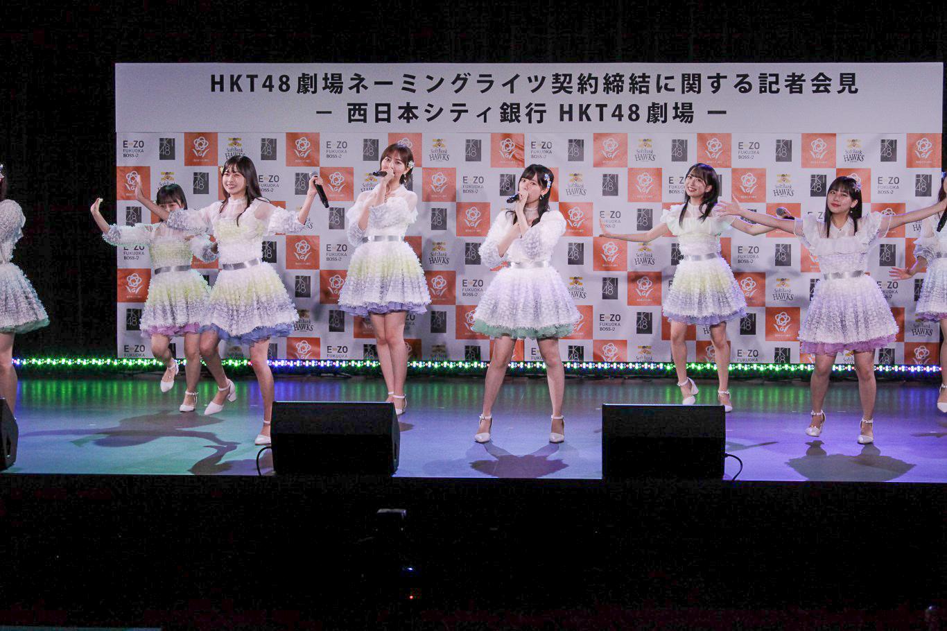 16名のメンバーがステージいっぱいに歌とダンスで「青春の出口」を披露②