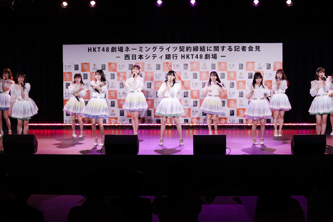 16名のメンバーがステージいっぱいに歌とダンスで「青春の出口」を披露③