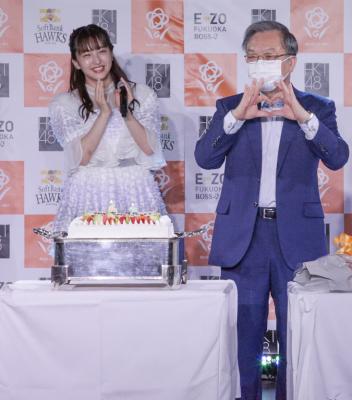 西日本シティ銀行谷川頭取が手でハートマークを作りながらお祝いを受ける様子