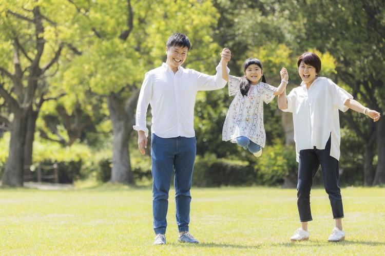 同じくタレントの西本美恵子さんと、長女・こはるちゃんと一緒に外で遊ぶハルさん