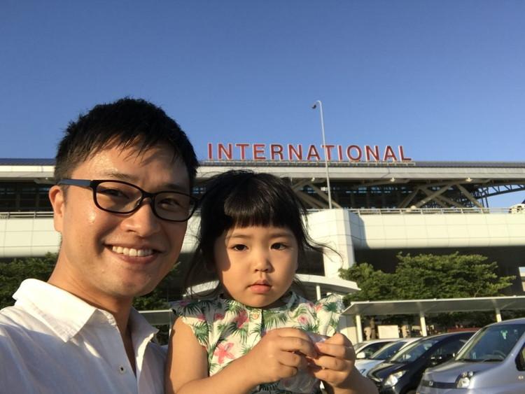 福岡空港でこはるちゃんと一緒に写真に写るハルさん